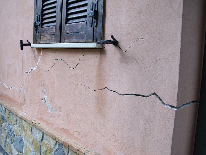 Crepe nei muri un segnale da non trascurare geosec for Resina per crepe nei muri